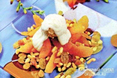 Салат из сухофруктов с мороженым